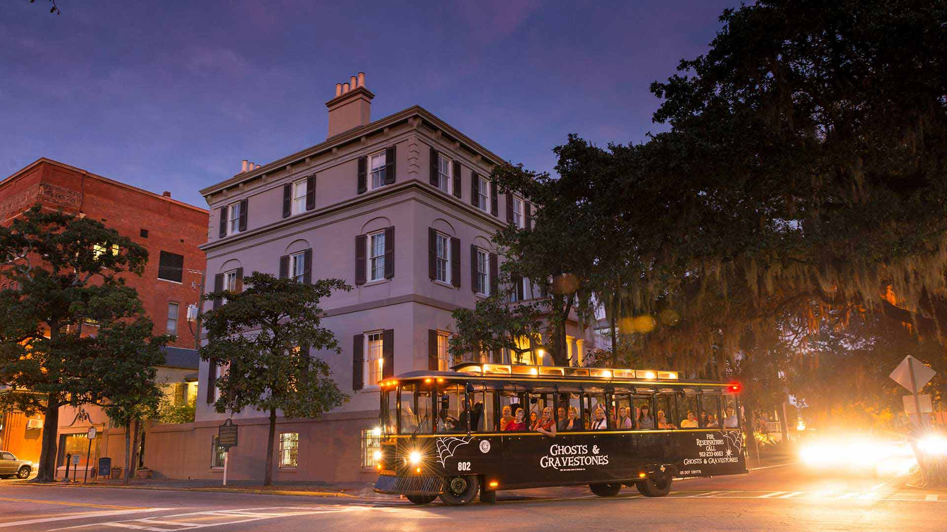 savannah ghost tour trolley at juliette gordon low house