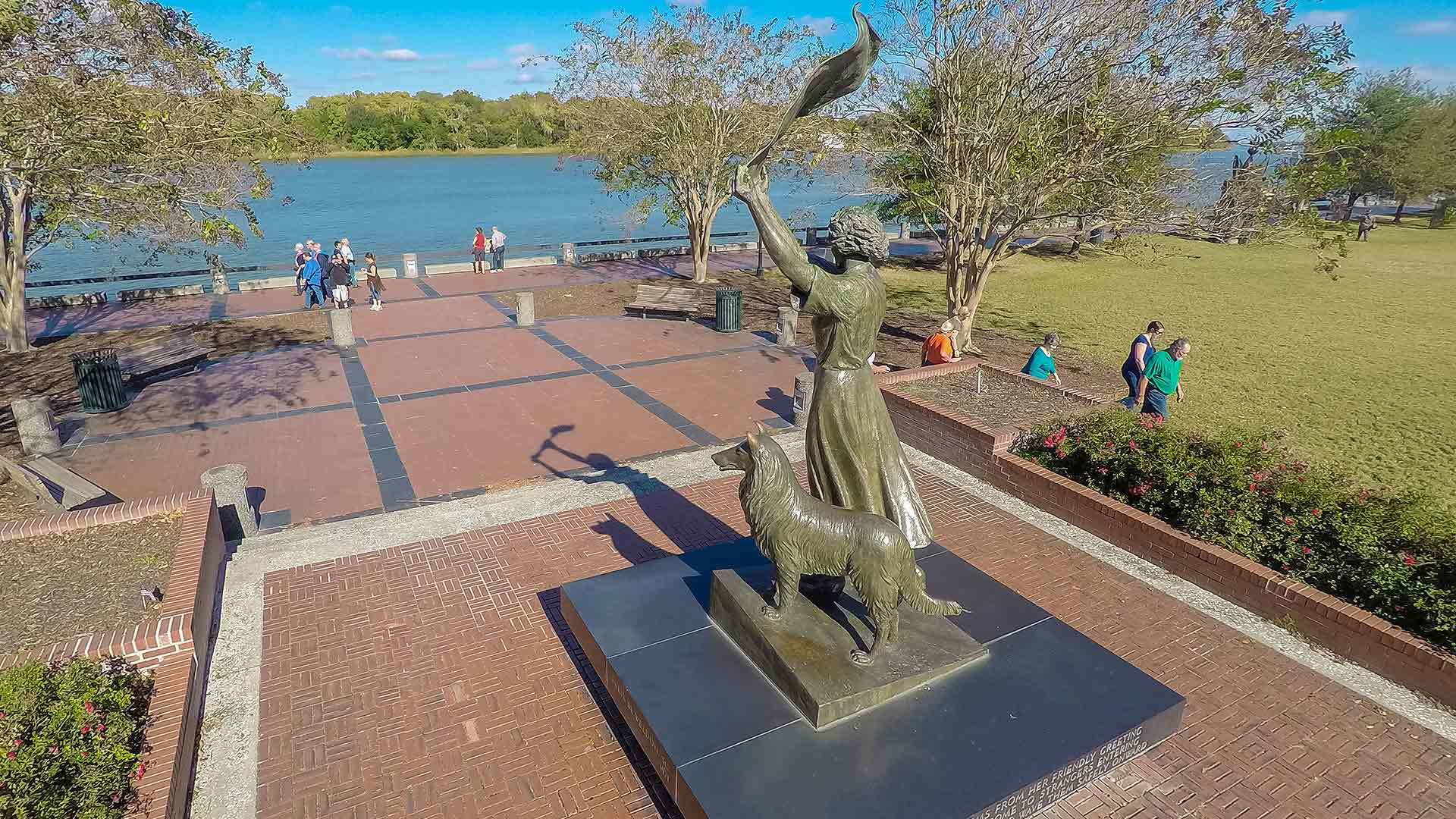 savannah waving girl statue